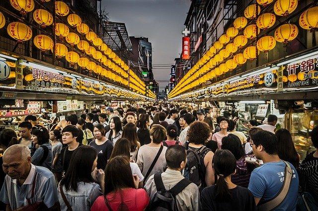 臺灣逛夜市的人潮,真的是滿到不行!如果有帶日本朋友的話,一定要帶他們去逛逛夜市!
